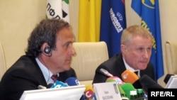 Президент УЕФА Мишель Платини (слева) и президент Федерации футбола Украины Григорий Суркис в Киеве