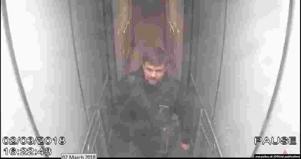 """""""Боширов"""" есімді күдікті Лондондағы Гэтвик әуежайында тұр. Бақылау камераларынан алынған кадр. Жұма, 2 наурыз, 16:22 (Лондон уақыты)."""