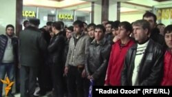 Tajikistan -- Dushanbe, Tajik youths in airport want to go to the Russia for migrants, 15 January 2014