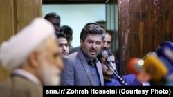 منصور نظری در حال ایراد انتقادهای خود در حضور غلامحسین محسنی اژهای