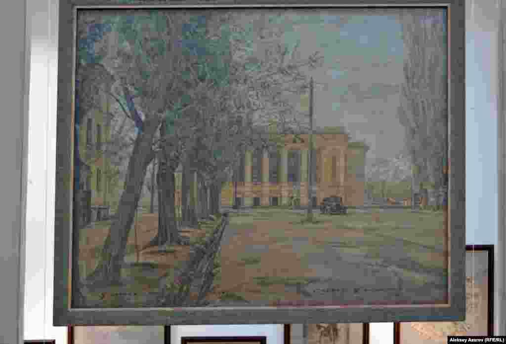 Среди работ, на которых запечатлена Алма-Ата, больше всего на выставке тех, на которых изображен Театр оперы и балета имени Абая – место работы Сергея Калмыкова в 1935–1962 годы.