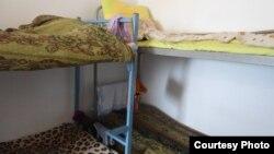 Кровати в комнате студенческого общежития. Астана, июнь 2013 года.