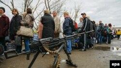 Иллюстративное фото. Местные жители стоят в очереди на блокпосту пророссийских боевиков. Луганская область, октябрь 2016 года