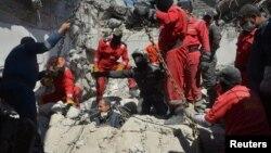 Іракські рятувальники вилучають з-під завалів тіла загиблих цивільних жителів після авіаудару по бойовиках угруповання «Ісламська держава», Мосул, Ірак, 27 березня 2017 року