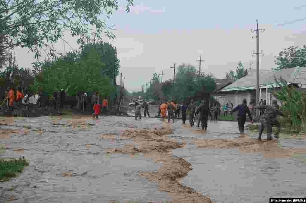 Кыргыз чек айылынан аккан сел төмөндөгү Курманжан Датка айылын каптап кирген.