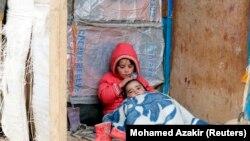 فتاة لاجئة مع اخيها في بار الياس في البقاع