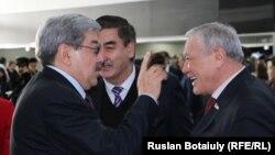 Гани Касымов (слева), бывший лидер Партии патриотов, общается с депутатами парламента в кулуарах заседания Ассамблеи народа Казахстана. Астана, 6 февраля 2015 года.