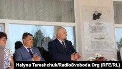 Вітольд Горовський (справа) біля меморіальної таблиці пам'яті батька
