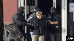 Izaskun Lesaka, șefa mișcării separatiste ETA, la arestarea ei în Franța în octombrie 2012.