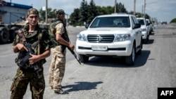 """Украинские военные охраняют автоколонну иностранных экспертов, направляющихся к месту гибели малайзийского """"Боинга"""" под Донецком (Дебальцево, 31 июля 2014 года)"""