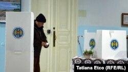 Prezidențiale din 2016 la o secție de votare din Chișinău