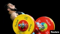 Нижат Рахимов Рио олимпиадасында штанга көтеріп жатыр.