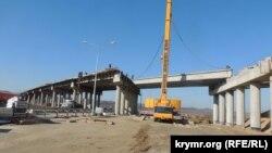 Будівництво естакади на дорозі в Керчі, квітень 2018 року