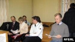 Адзін з пазоўнікаў, Віталь Рымашэўскі. Журналіст БТ Андрэй Крывашэеў падчас фотаздымкі адвярнуўся