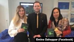 Еміне Джеппар, Сергій Громенко та Гульнара Бекірова з книгою «#КримНаш. Історія російського міфу»
