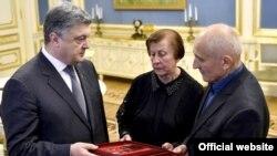 Зустріч батьків Василя Сліпака та президента України Петра Порошенка 10 квітня 2017 року