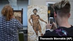 Kazan şəhərinin sakinləri Salahın mozaik şəklini telefonlarına çəkirlər