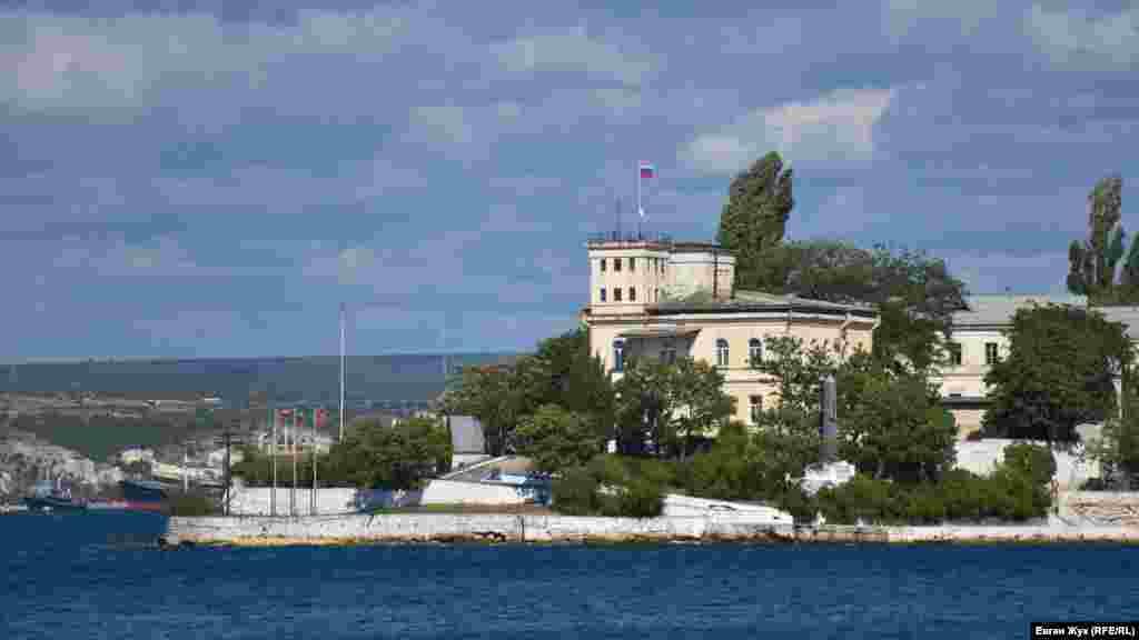 Здание метеорологической лабораториина Павловском мысе, разделяющем Севастопольскую и Южную бухты