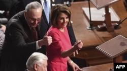 Конгресстеги демократтардын лидерлери Нэнси Пелоси (оңдо) жана Чак Шумер.