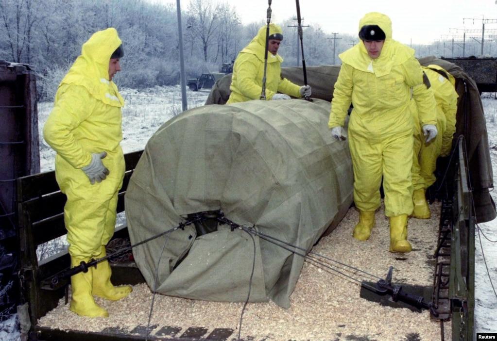 Военнослужащие проходят тренировку по перемещению ядерной боеголовки из вагона поезда на грузовик недалеко от украинского города Кировограда 7 декабря 1995 года. Такие тренировки были введены для того, чтобы предотвратить возможные эксцессы во время транспортировки ядерных взрывных веществ. Это также повышало степень безопасности и готовности персонала