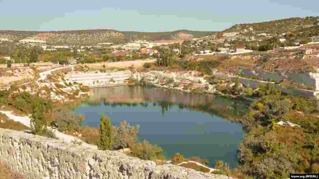 Вид на Каламитское озеро с плато Каламиты
