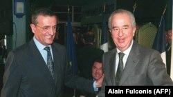 Fostul premier francez Edouard Balladur (dreapta) și fostul ministru al Apărării, Francois Leotard, la Paris în februarie 1998