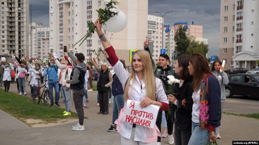 Ein Teilnehmer an einem Protest gegen Gewalt