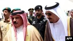 ملک سلمان، پادشاه عربستان (سمت راست) به همراه حمد بن عیسی آلخلیفه، پادشاه بحرین