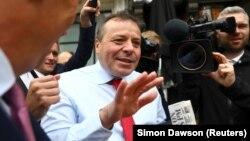Аррон Бэнкс общается с журналистами