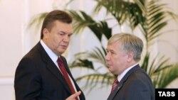 Передача полномочий. Юрий Ехануров (справа) со своим сменщиком Виктором Януковичем