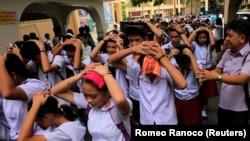 Эвакуация учащихся в столице Филиппин Маниле, 11 августа 2017 года