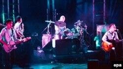 گروه معروف راک انگليسی رديو هد تصميم گرفته است برای اولين بار در تاريخ موسيقی جهان، موسيقی خود را به طور مستقيم از طريق اينترنت به بازار عرضه کند.