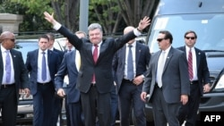 Poroshenko waves to well-wishers gathered outside the White House as he arrives to meet with U.S. President Barack Obama.