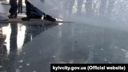 Захисна скло-плівка, яку пошкодили на двох елементах скляної підлоги нового пішохідного мосту в Києві