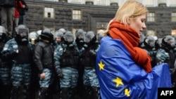 Девушка, покрытая флагом Евросоюза, на акции протеста. Киев, 25 ноября 2013 года.