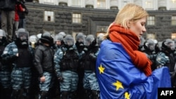 Девушка, обернувшаяся в флаг ЕС, во время акции в Киеве в поддержку евроинтеграции Украины