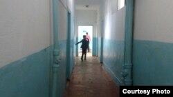Қазақстандағы мектептердің бірінің дәлізінде кетіп бара жатқан оқушы. (Көрнекі сурет)