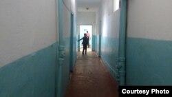 В коридоре школы № 19 села Кумшагал. Жамбылская область, 7 апреля 2015 года.