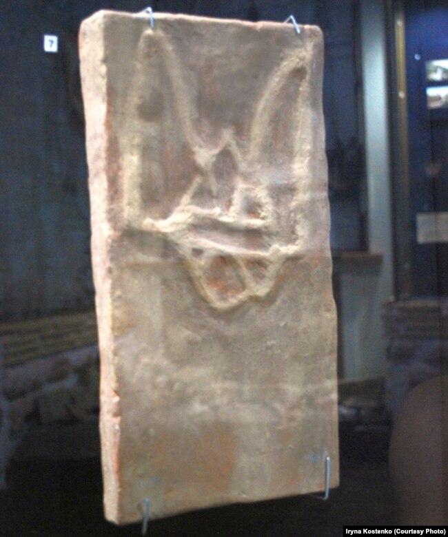 Одне з найдавніших зображень тризуба з археологічних розкопок Десятинної церкви у Києві