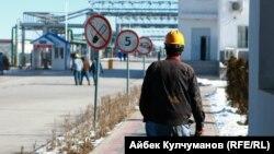 Кыргызстан самостоятельно перерабатывает 300-350 тысяч тонн нефти ежегодно. ГСМ экспортируется в Таджикистан и Узбекистан. Фото: НПЗ «Джунда» близ Кара-Балты.