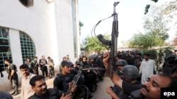 پلیس پاکستان پس از پایان دادن به اشغال دانشکده پلیس در لاهور.