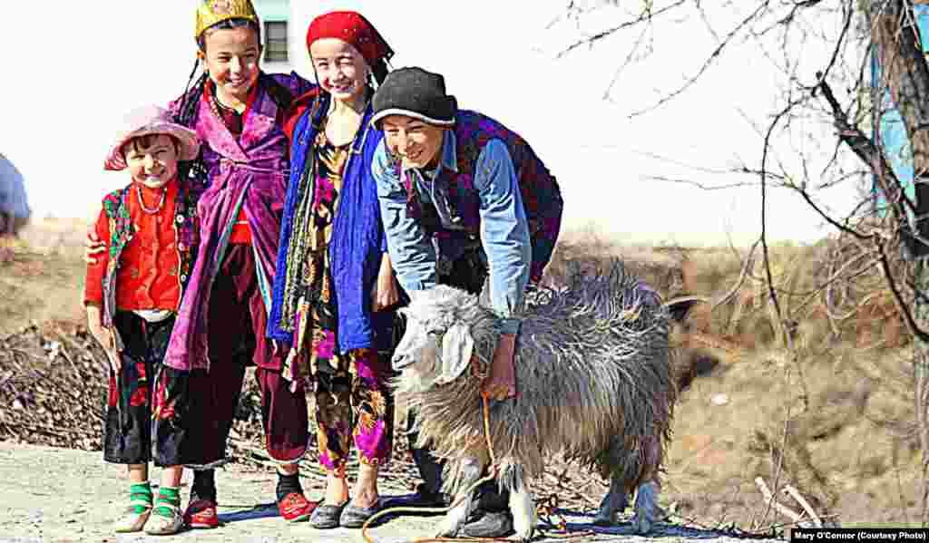 """""""Наш домашний барашек"""". Узбекистан. Фото из книги ирландской художницы Мэри О'Коннор """"Вверх тормашками"""". Центральная Азия глазами иностранцев""""."""