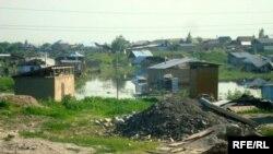 Нөсермен келген судан тұрғындардың үйлері зардап шекті. Шаңырақ, Алматы қаласы, 27 мамыр 2009 ж.