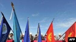 """Склоненные знамена в память о погибших в ходе """"Апрельской революции"""". Мемориальный комплекс """"Ата-Бейит"""" в пригороде Бишкека, Киргизия. 7 апреля 2011 г"""
