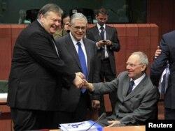 Grčki premijer Lukas Papademos, grčki ministar finansija Evangelos Venizelos sa nemačkim ministrom finansija Volfgangom Šojblom, Brisel, 20. februar 2012.
