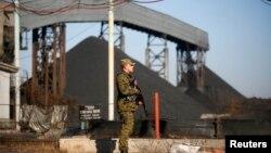 Боевик группировки «ДНР» возле шахты на Донбассе. Ноябрь 2014 года