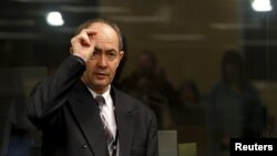 Զդրավկո Տոլիմիրը խաչակնքում է դատարանի դահլիճում, Հաագա, 26-ը փետրվարի, 2010թ.