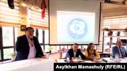 Ермурат Бапи (слева) до исключения из рядов ОСДП. Крайний справа — Асхат Рахимжанов, новый председатель партии. Алматы, 6 сентября 2019 года.