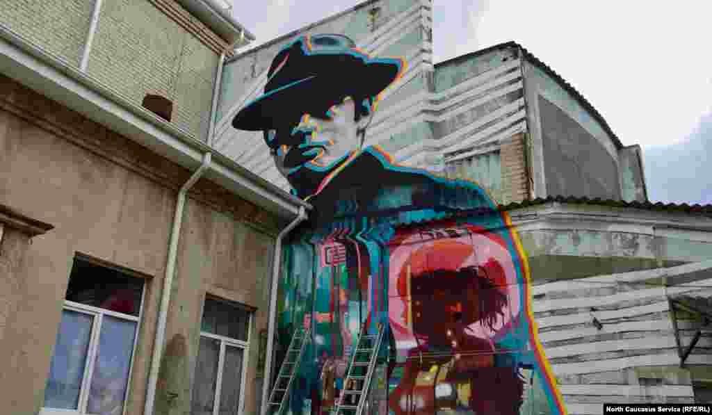Картина без названия на стене ДК им. Горького. Автор – известный российский граффист Никита ZukClub Ходак