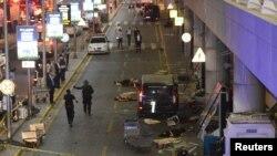 У терминала международного аэропорта имени Ататюрка в Стамбуле после взрывов. Стамбул, 28 июня 2016 года.